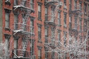 Fachada del edificio de ladrillo de Chelsea durante la tormenta de nieve, Nueva York