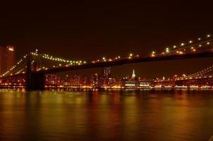 Puente de Brooklyn y Manhattan frente al mar en la noche
