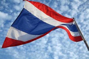 Bandera tailandesa con cielo azul.