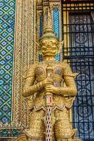 Ritratto dorato del demone di yaksha grande palazzo Bangkok Tailandia di phra mondop