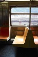 asientos vacíos del metro de nueva york foto