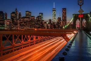 Puente de Brooklyn en la noche con senderos de luz