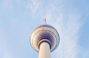 fernsehturm (torre de televisión) ubicada en alexanderplatz en berlín foto