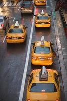 taxis en el tráfico de la ciudad de nueva york, estados unidos