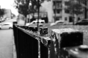 zwarte poort met afgepelde verf.