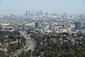 Vista aérea de la autopista congestionada de los Ángeles