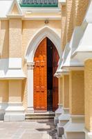 entrada de uma igreja
