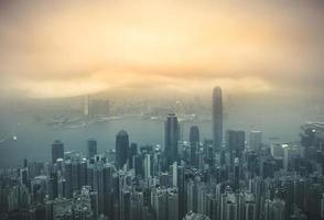 Vista del puerto de Hong Kong Victoria desde el pico en la temporada de niebla