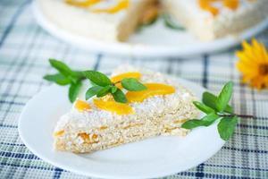 pastel de gofres con duraznos y crema