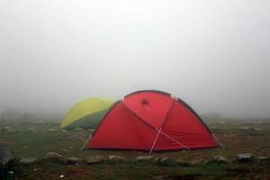 acampar bajo la niebla