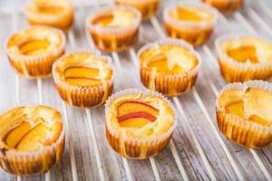 Cheesecake mini with peaches on a cooling rack