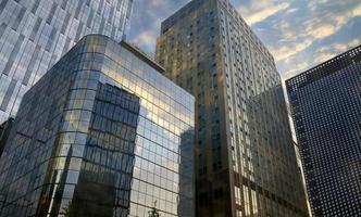 edificio de negocios de la ciudad en Seúl que refleja el cielo -