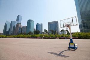 Cancha de streetball en el área del parque cerca de edificios de oficinas en Seúl foto