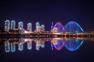 Puente expro en la noche en Daejeon,