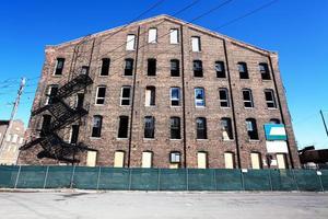oude fabriek bouwen met gebroken ramen in North Lawndale, Chica