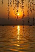 pôr do sol no oeste lago hangzhou china