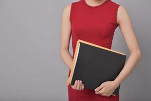Geschäftsfrau, die Dokumente hält