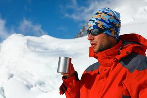 excursionista beber café o té