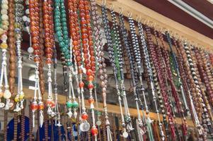 Joyas adornadas colgando en el puesto del mercado