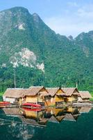 cabane tropicale au bord du lac et bateau en bois
