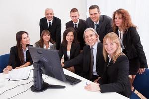 empresário maduro com equipe discutindo