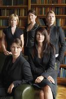 abogados parados juntos en la biblioteca