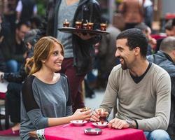 casal turco bebendo cay, chá tradicional, em Istambul