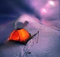 pasar la noche en la cresta de la montaña
