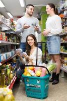 familia comprando comida
