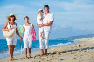 familia en playa tropical foto