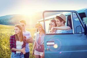 jóvenes amigos hipster en viaje por carretera