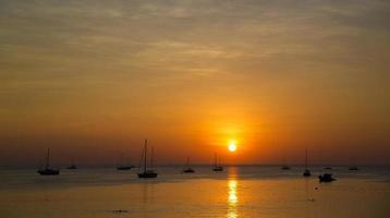 puesta de sol de phuket foto