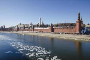 kremlin de moscú claro día de primavera foto