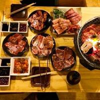 Korean bbq pork and banchan - imagen de stock