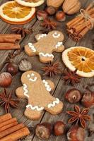 ingredientes para hornear vacaciones y hombres de pan de jengibre en madera rústica