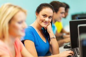 mujer universitaria en sala de computación