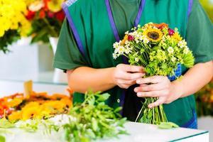 vrouwelijke bloemist in bloemenwinkel