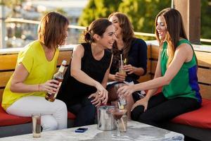 amigos do sexo feminino bonitos tomando bebidas