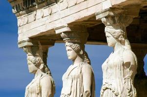 Esculturas de cariátides, acrópolis de atenas, grecia foto