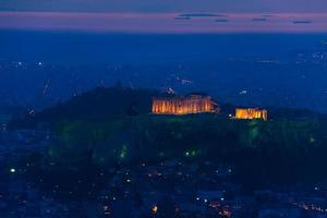 Panorama nocturno, templo del Partenón, Atenas en Grecia