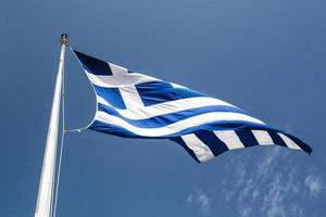 bandera griega en el viento en grecia - europa foto