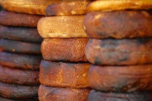 Queso de cabra quemado tradicional en el mercado de sanaa, yemen. foto