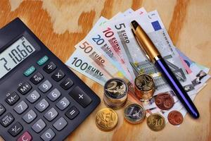 contando dinero en euros foto