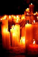 velas de oración en un templo budista