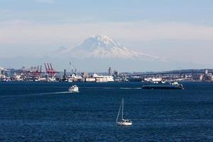 puerto de seattle con mt.rainier foto
