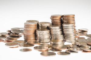 Monedas de plata de Tailandia y fondo blanco. foto