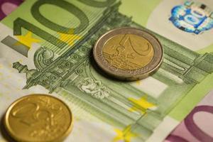 Euro monedas y billetes de dinero.
