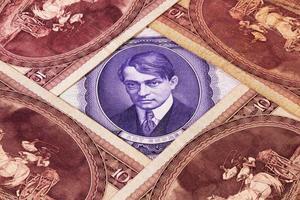 diferentes billetes húngaros de sobre la mesa foto