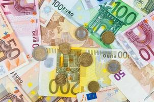 Fondo de billetes y monedas en euros foto