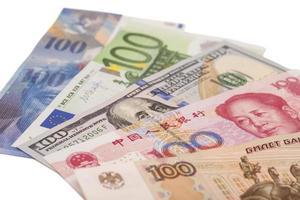 dólares, euro, franco suíço, yuan chinês e notas de rublo russo
